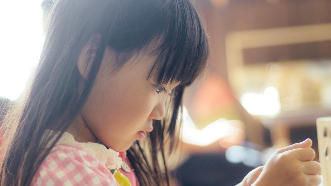 孩子太早學會看人臉色,不見得是健康的行為。